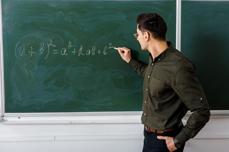 contoh persamaan kuadrat di papan tulis